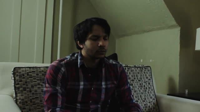 Vidéo Aider Un Ami Ivre à Rentrer Chez Lui