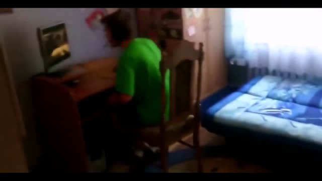 Vidéo Un Petit Garçon Troll Son Grand Frère