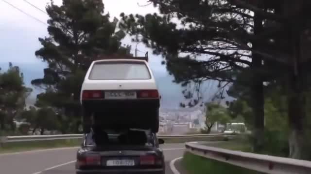 Vidéo Le Monde à L'envers - J'offre Une Villa à Mon Copain